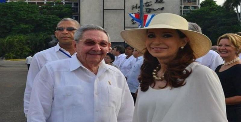 Raúl Castro recibe a Cristina Fernández en Cuba por tratamiento de su hija