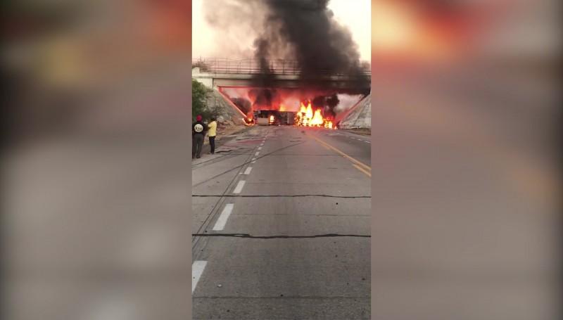 Tras incendio de tráiler, se paraliza el tráfico en la carretera Mazatlán-Tepic