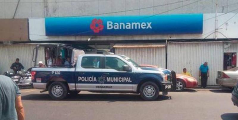 Presunto 'mudo' roba banco con letreros y se lleva 25 mil pesos