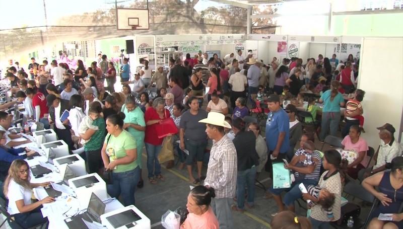 Acuden cientos de personas a jornada de apoyo en Villa Unión