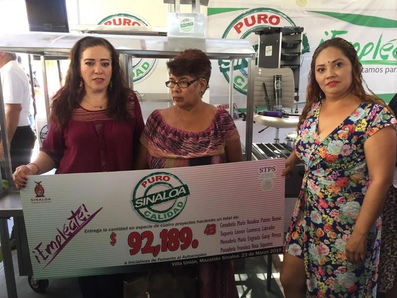 4 mujeres reciben equipo para sus proyectos productivos