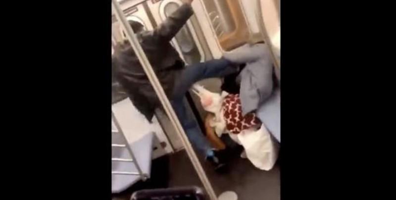 #Video Hombre propina tremenda golpiza a anciana en el metro de NY