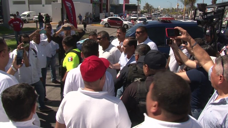 Por más de hora y media bloquean transportistas en Mazatlán