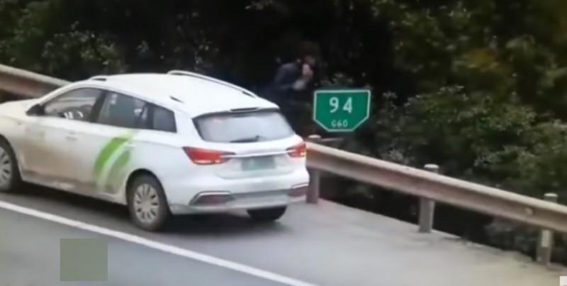 #Video Hombre se queda tirado en su auto y se salva de ser arrollado