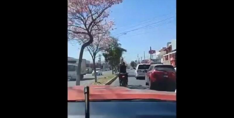 Acompañan a carroza fúnebre tirando balazos con cuerno de chivo en Culiacán