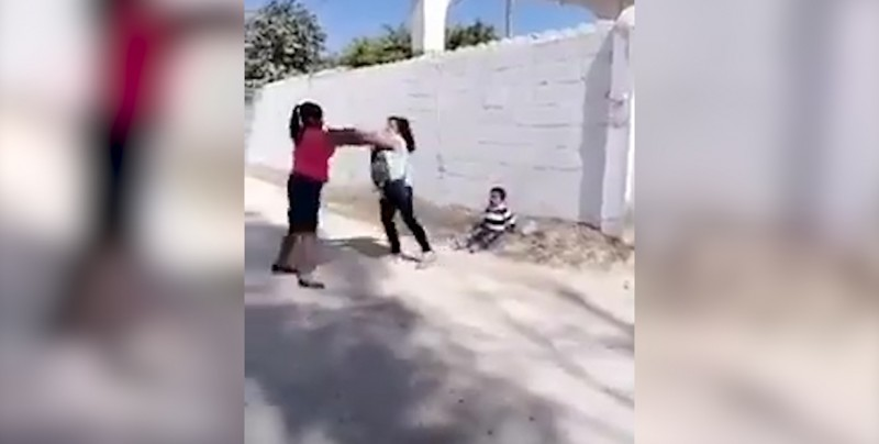 En plena pelea de mujeres una de ellas toma venganza contra un menor