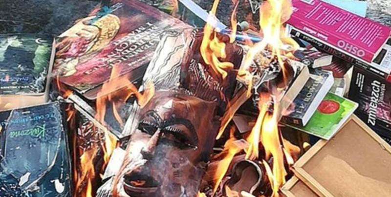 Sacerdotes católicos queman libros de Harry Potter por 'malignas'