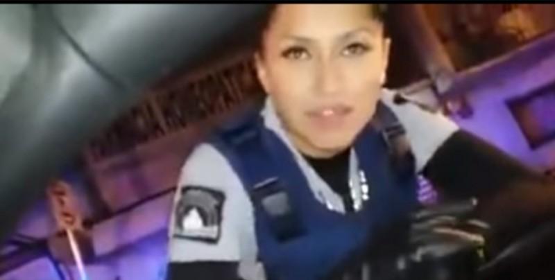 Así reacciona oficial de policía tras ser alagada en pleno alcoholímetro