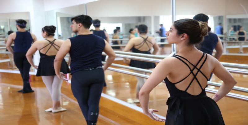 La maestra en ballet, Esperanza Torres, ofrece asesorías a los alumnos de la LDC