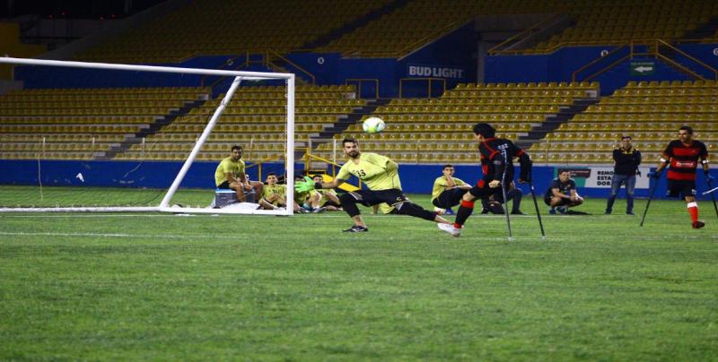 Dorados convive con equipo de futbol de amputados Zorros de Sinaloa