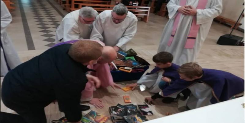 Sacerdotes queman libros de Harry Potter, en Polonia