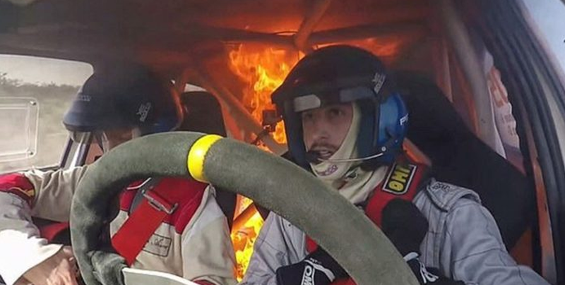Se incendia auto de carreras con pilotos dentro