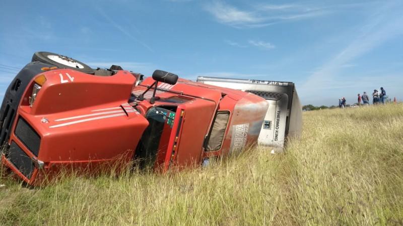 Vuelca  dos camiones de carga sobre la autopista Culiacán-Mazatlan