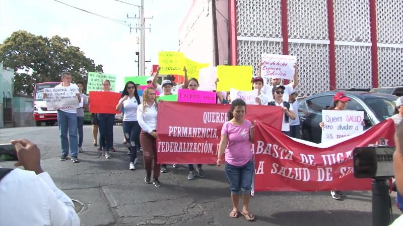 Marchan trabajadores despedidos de Salud por cierre de programa PROSPERA