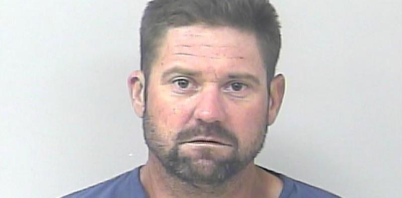 Lo arrestan minutos después de salir de prisión, por robar autos en estacionamiento de la cárcel