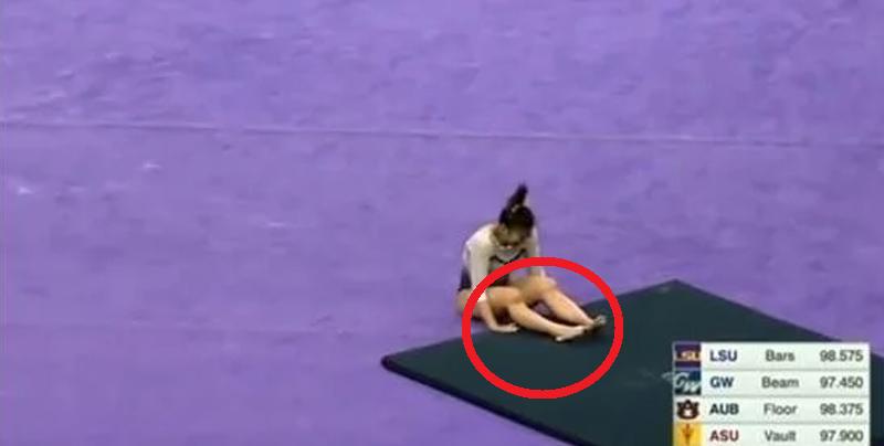 Video gráfico: Gimnasta se rompe las piernas durante competencia