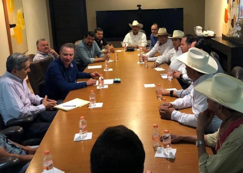 Se reúne el Gobernador Quirino Ordaz  con dirigentes agrícolas