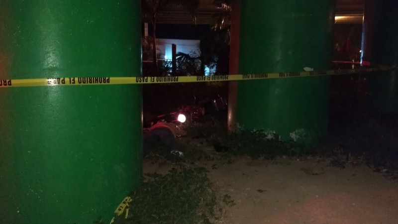 Motociclista muere tras chocar contra un pilar de concreto de puente vehicular