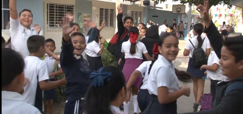 Sonrientes, salen alumnos de escuelas por vacaciones de Semana Santa