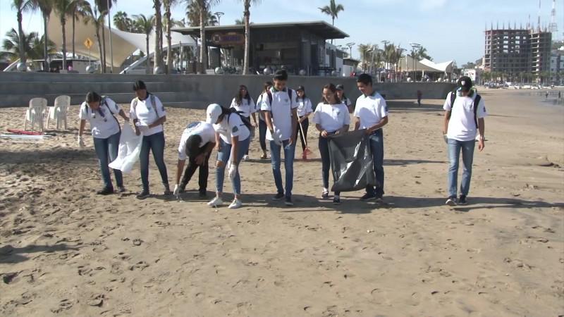 Salen a limpiar las playas mazatlecas previo a Semana Santa
