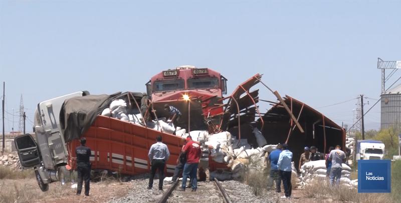 Tren arrolla a camión de carga en Cajeme