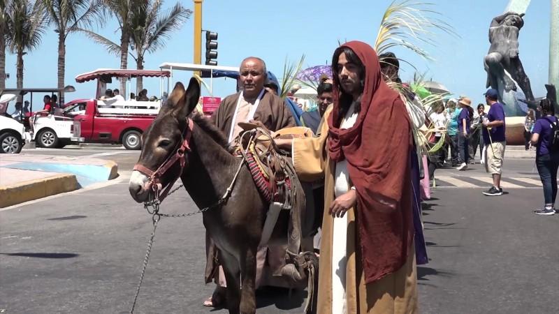 Celebran católicos mazatlecos el inicio de Semana Santa con Domingo de Ramos
