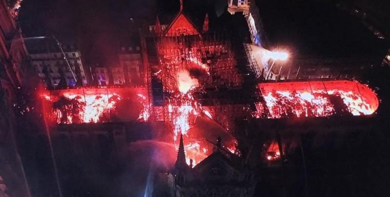Bomberos no aseguran poder parar la propagación del incendio de Notre Dame