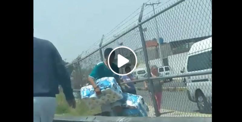 #Video Vuelca un camión con papel higiénico en México y la gente se los roba