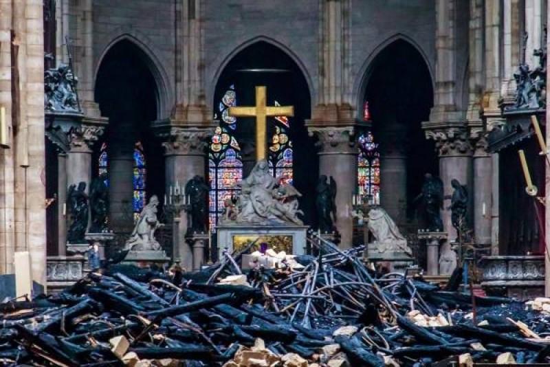 El altar y la cruz de Notre Dame son motivo de peleas en Internet