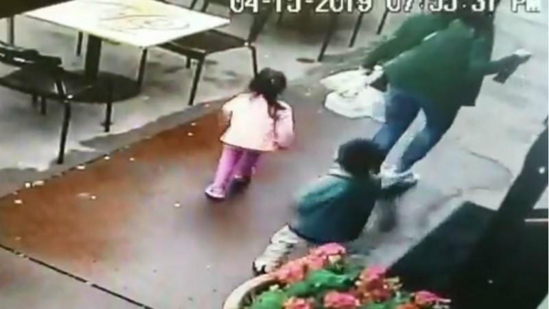 Niños se salvan de ser atropellados en California
