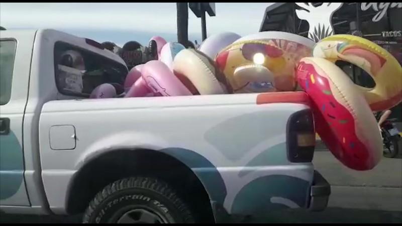 Vehículo oficial circula con inflables por la zona turística de Mazatlán