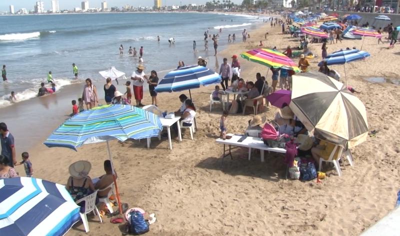 Más de 60 mil personas abarrotan las playas de Mazatlán