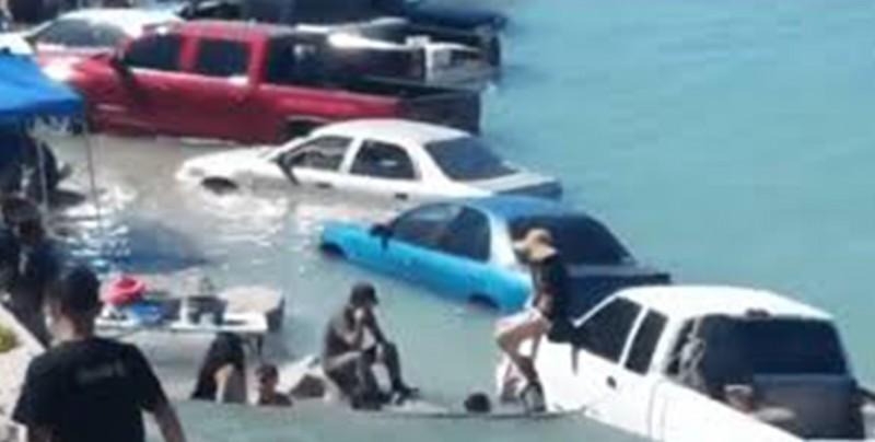 VIDEO: Se inundan vehículos por marejada en playa de Puerto Peñasco