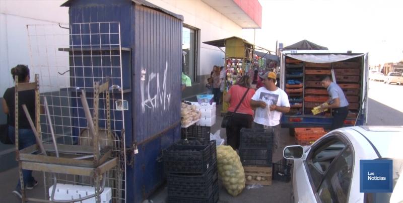 Calor, falta de dinero e industria, afectan la ventas de los vendedores ambulantes