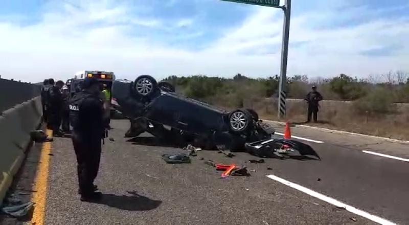 Volcadura de un vehículo deja tres personas lesionadas en carretera de cuota