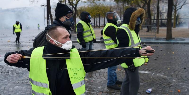 Macron bajará impuestos y subirá pensiones en respuesta a chalecos amarillos