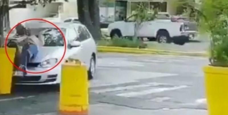 VIDEO: Hombre atropella y apuñala a su esposa