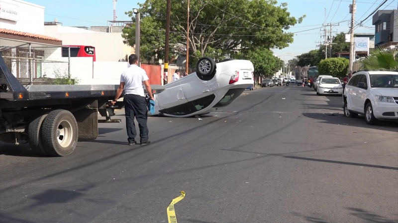Accidente en Mazatlán termina en volcadura
