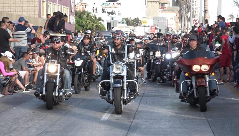Rugen motores en el desfile de la Legendaria Semana de la Moto