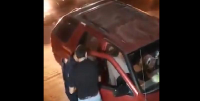 Policías fueron captados mientras les robaban a ciudadanos