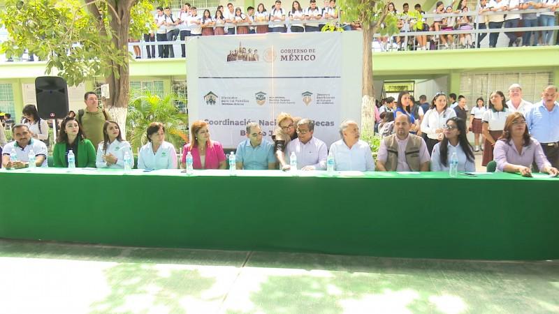 Entregan becas Benito Juárez a estudiantes de CONALEP