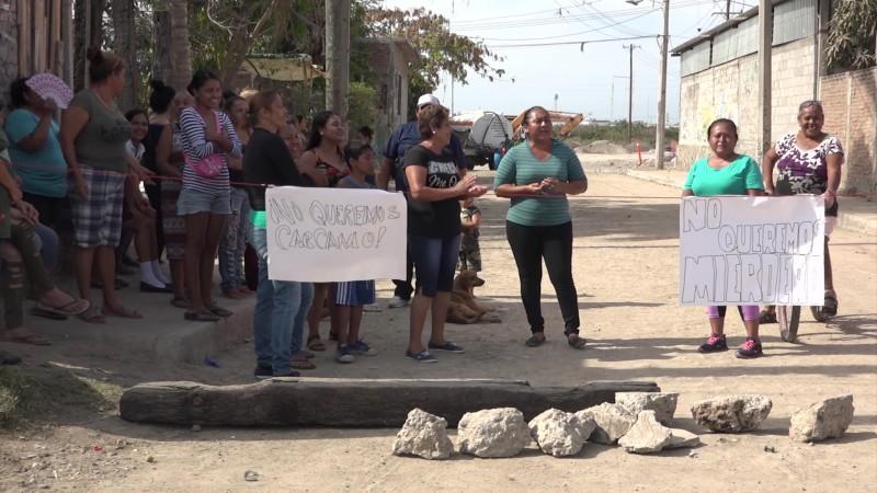 Protestan vecinos de la Pino Suárez en Mazatlán