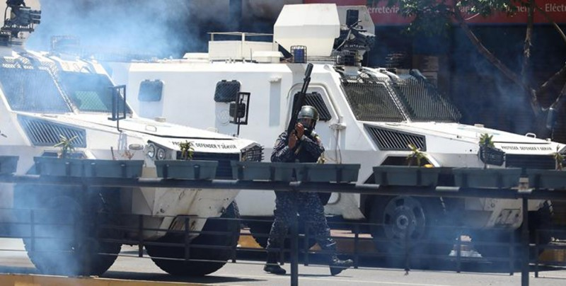 #Video Tanqueta atropella a manifestantes cerca de base militar en Caracas