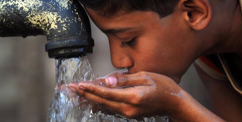 Beber agua de la llave podría ser una de las causas de cáncer