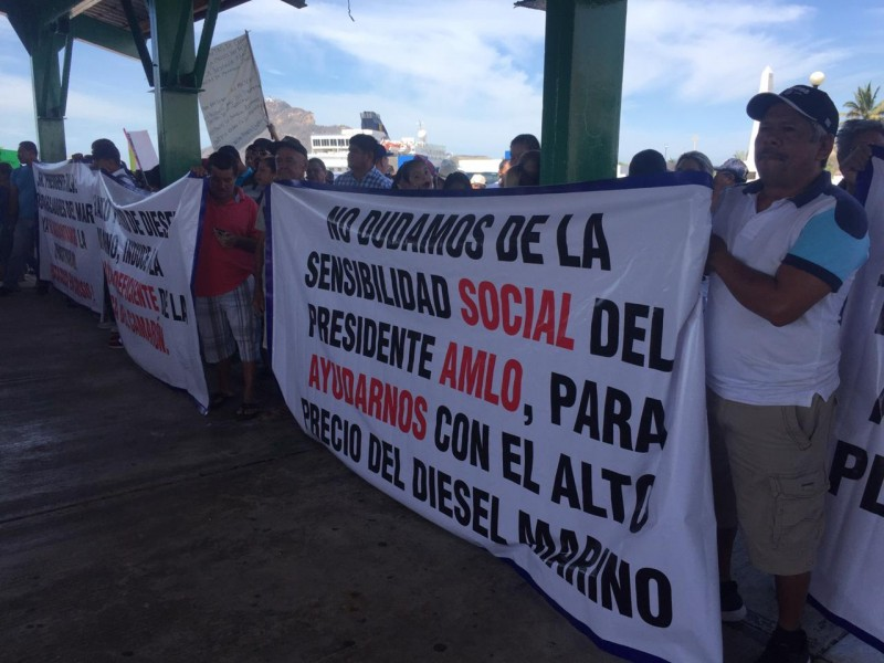 Pescadores realizan manifestación pacífica en el muelle de la puntilla, exigen precio justo del diesel