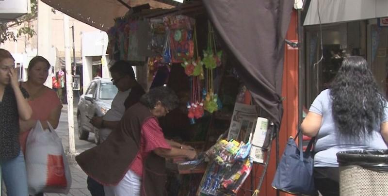 Buscan reducir el número de vendedores ambulantes en el centro
