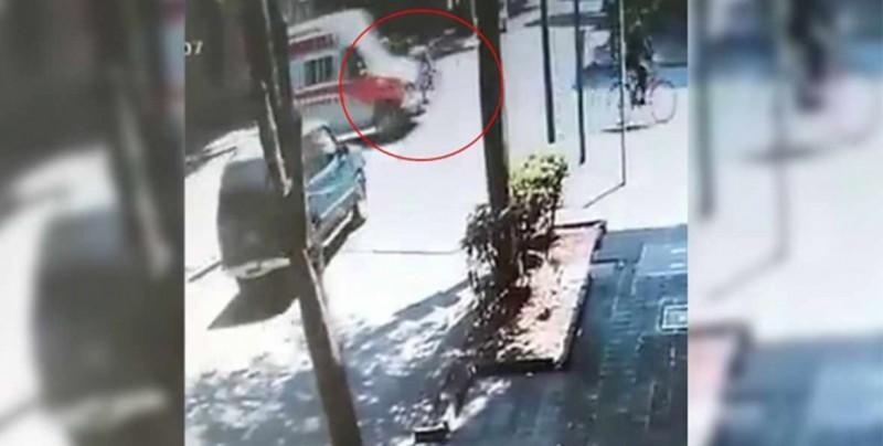 Ambulancia arrolla a motociclistas y se da a la fuga