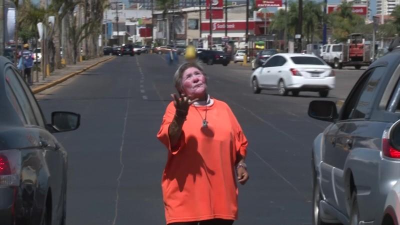 De trabajadora del hogar a 'payasita' en semáforos