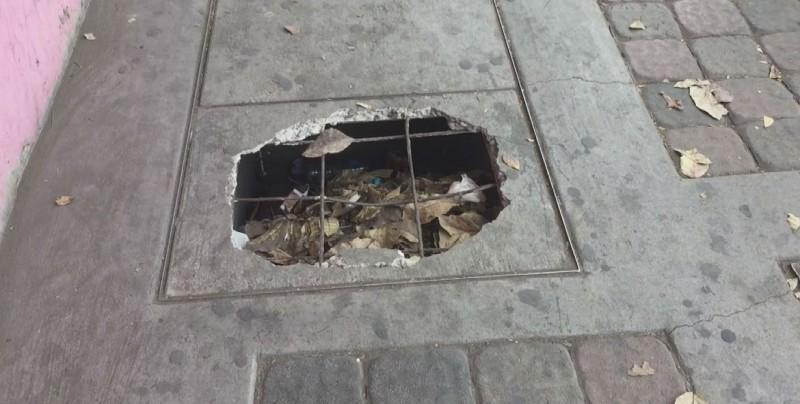 Tapa de registro deteriorado en el centro de Culiacán