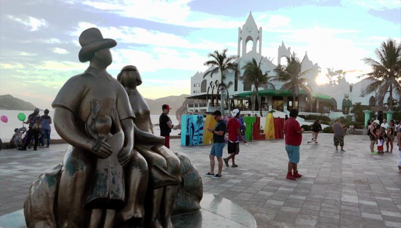personas caminando cerca del monumento a la familia